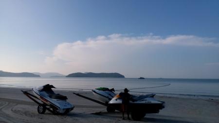 get ready: L'uomo si preparano per le attivit� nell'isola