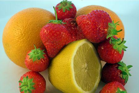 encircling: Strawberries encircling citrus fruits