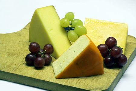tabla de quesos: Queso-tablero, con Harlech, uvas negras y verdes de Leicester roja y de un Cheddar smoked local -