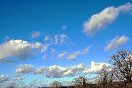 skyscape: Vibrant invierno skyscape con luz mullidas nubes  Foto de archivo