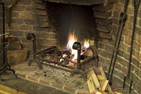log fire: Ceneri, con un aumento del fumo e brace di morire in un registro aperto il fuoco