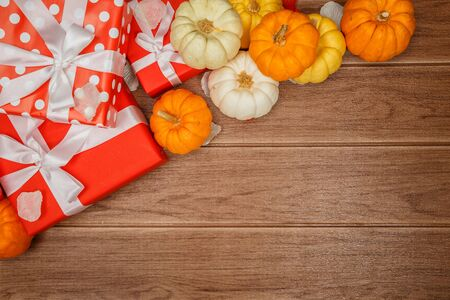 Top view of Thanksgiving concepts on wood background, Pumpkins, leaves and gift boxes, Copy space for text. 스톡 콘텐츠