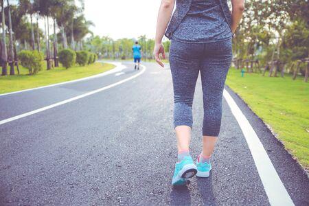 Ćwiczenia kobiet. Biegacz kobieta rano w parku publicznym. Zdjęcie Seryjne