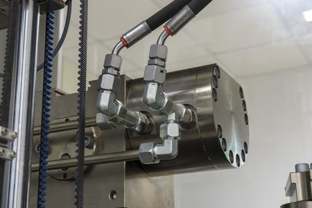 Primo piano industriale dei tubi di gomma ad alta pressione di gomma con i raccordi.