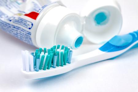 Zahnbürste mit Zahnpasta auf weißem Hintergrund.