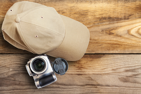 Baseball cap camera on a wooden background close-up. Banque d'images - 125338635