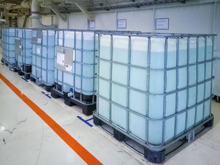 Soporte de cubos de agua en la sala de producción
