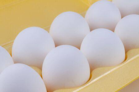 White chicken eggs lie in the package Reklamní fotografie