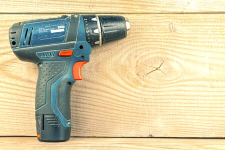 Closeup screwdriver on a natural wooden background. Foto de archivo - 148063293