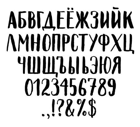 Manchado de tinta del cepillo de las letras del alfabeto cirílico. Las letras mayúsculas, números y símbolos especiales.