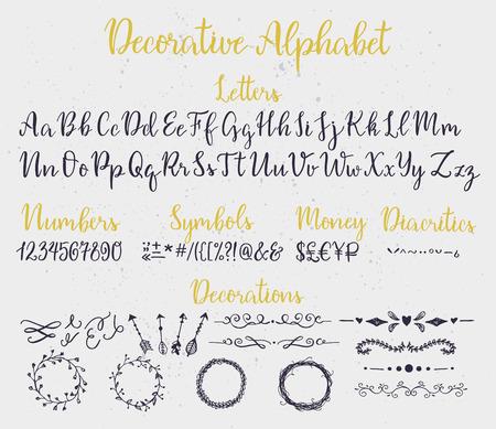 symbol: Moderna calligrafia alfabeto decorativo con numeri, simboli, segni diacritici e gli elementi decorativi. Spruzzi d'inchiostro su sfondo.