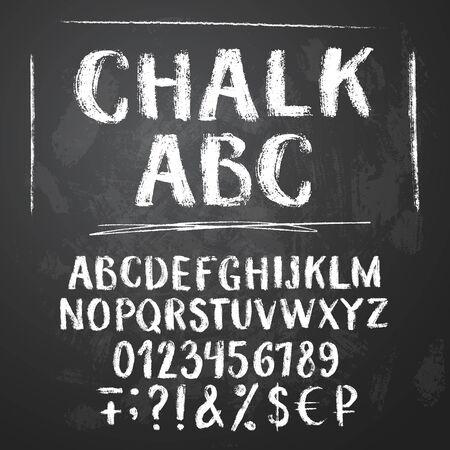 Alfabeto latino de tiza rugosa sobre fondo de pizarra con textura. Letras mayúsculas, números, sumbolsos, signos de dinero. Ilustración de vector