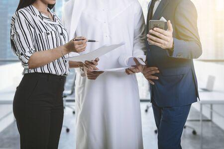 Treffen zwischen einem arabischen Mann und zwei europäischen Unternehmen und Kommunikation