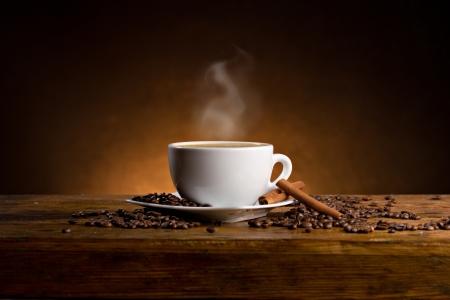 tazas de cafe: espressoo con palitos de canela en la mesa de madera