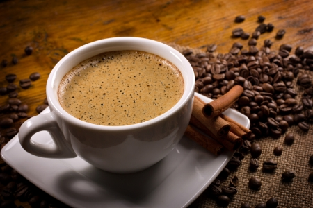 espressoo with cinnamon sticks on wooden table Standard-Bild