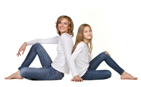 mama e hija: joven madre con hija sentada aislados en blanco