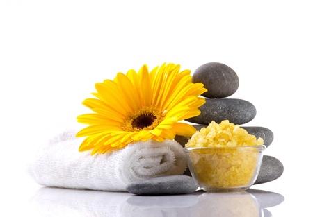 accessoires de spa et de fleurs jaunes sur fond blanc Banque d'images