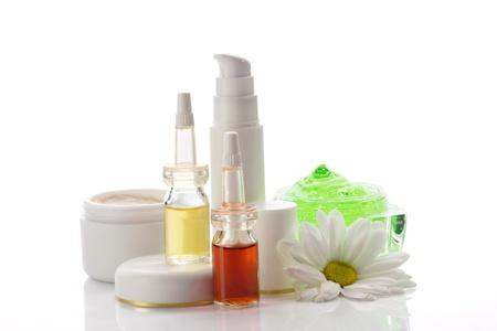 productos de belleza: productos cosm�ticos m�dicos y manzanilla aislados en blanco
