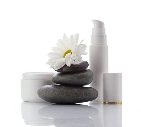 dermatologo: prodotti spa-cosmetici viso e fiore bianco isolato su bianco Archivio Fotografico