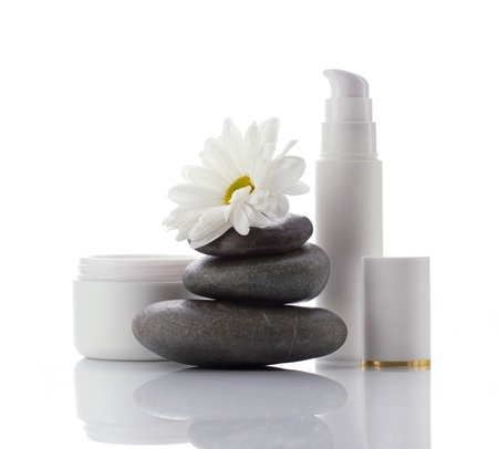 productos naturales: productos de spa de cosméticos faciales y flor blanca aislados en blanco