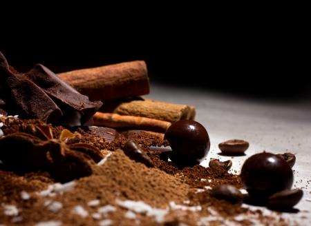 cafe bombon: mezcla de chocolate - bombones, chocolate roto y granos de caf� con especias en fondo oscuro