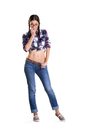 jeune fille adolescente nue: belle fille de l'adolescence dans de grosses lunettes et des v�tements d�contract�s avec le ventre nu debout isol� sur blanc