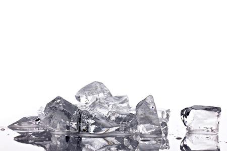 ice crushed: verpletterd doorschijnend ijs op heldere reflectie tafel op een witte achtergrond