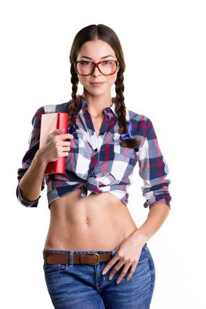 jeune fille adolescente nue: sourire belle jeune fille dans les grandes lunettes, des v�tements d�contract�s et nu ventre livre tenant debout et isol� sur blanc Banque d'images