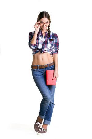 jeune fille adolescente nue: sourire fille coquette grosses lunettes, des v�tements d�contract�s et nu ventre livre tenant debout et isol� sur blanc Banque d'images