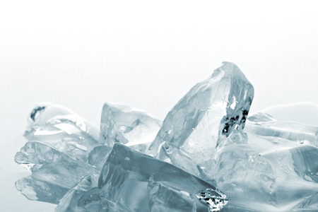ice crushed: verpletterd doorschijnend ijs op witte achtergrond