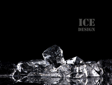 cubo: montón de diferentes cubos de hielo sobre la mesa de la reflexión sobre fondo negro
