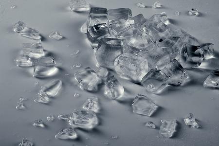 ice crushed: stapel van gemalen ijs op beneveld grijze oppervlak