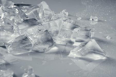 ice crushed: stapel van gemalen transparante ijs op beneveld licht grijze oppervlak