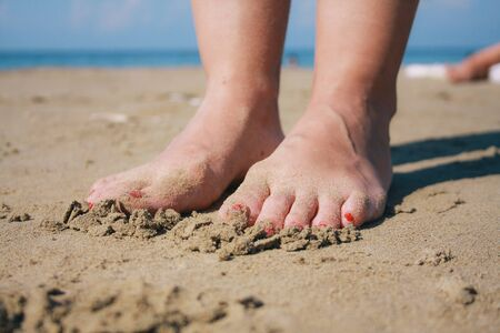 female feet in the sea sand Banque d'images