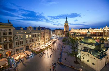 都市の景観夕暮れ時、ポーランド、クラコフのスカイラインを表示