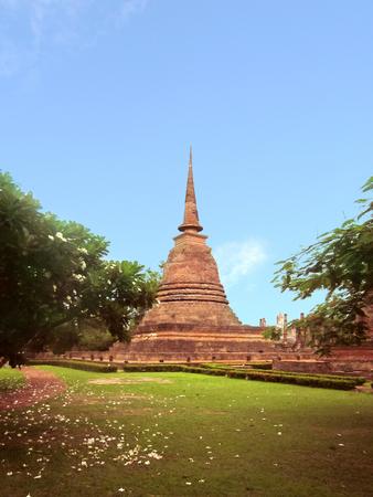 Vista in lontananza della rovina degli antichi della pagoda al parco storico di Sukhothai. Provincia di Sukhothai, Archivio Fotografico - 77729053