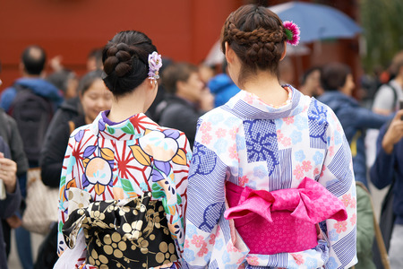 Young girl wearing Japanese kimono standing in front of Sensoji Temple in Tokyo, Japan. Kimono is a Japanese traditional garment. The word Banque d'images