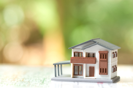 Un modèle de maison modèle est placé sur du papier .sans espace de copie de concept immobilier de fond pour votre texte ou votre conception. Banque d'images - 93526297