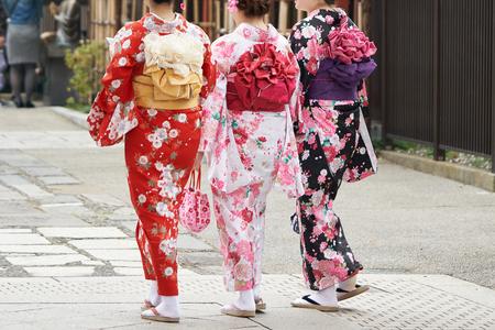 도쿄, 일본에서 센 소지 절 앞의 일본 기모노 서 입고 어린 소녀. 기모노는 일본의 전통 의상입니다. 단어 스톡 콘텐츠