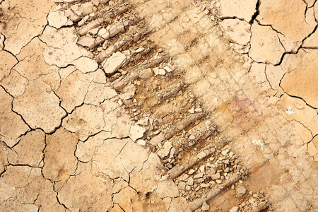 Wheel Alignment on Details of the ground The cracks in the soil. Due to the lack of moisture in the soil, the characteristics of the dehydrated clay are separated. Drought On the conservation of soil