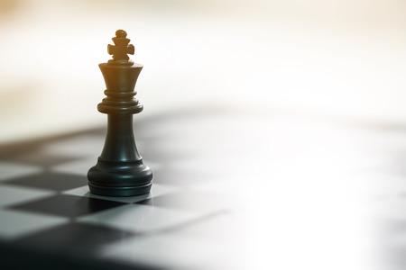 tablero de ajedrez con una pieza de ajedrez en la parte posterior Negociación en los negocios. como concepto de negocio de fondo y concepto de estrategia con espacio de copia.