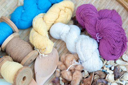 Clusters thread Made from cotton yield of pods. Knit Used as a raw material for clothing and appliances. Also known as cotton.