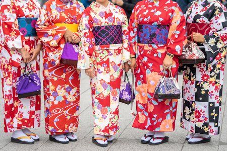 Young girl wearing Japanese kimono standing in front of Sensoji Temple in Tokyo, Japan. Kimono is a Japanese traditional garment. The word Stockfoto