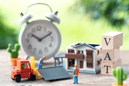 Miniature people Construction worker A model house model is placed with wood word TAX and Vintage White Alarm Clock using as background business concept and finance concept with copy space Standard-Bild - 114602928