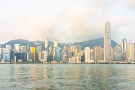 Panorama Landmark rascacielos en el puerto de Victoria en la ciudad de Hong Kong