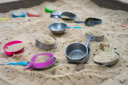 Wanna z piaskiem i zabawa w parku, aby wspomóc rozwój małych dzieci. Koncepcja rozwoju dziecka