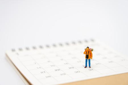Personas en miniatura se colocan en un ranking de libros (lista) el comienzo del viaje para alcanzar la meta. utilizando como concepto de viaje de fondo con espacios de copia para su Foto de archivo
