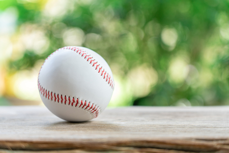 baseball on Abstract background and red stitching baseball. White baseball with red thread.Baseball is a national sport of Japan. It is popular. Banque d'images - 124722502