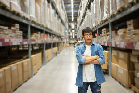 Portrait Asian men, staff, product counting Warehouse Control Manager Standing, counting and inspecting products in the warehouse Stockfoto