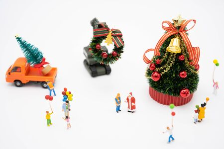 Family Miniature people standing on Christmas tree Celebrate Christmas on December 25 every year. using as background xmas concept with copy spaces for you Zdjęcie Seryjne